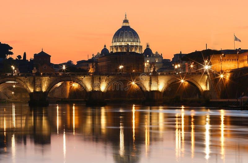 Solnedgångsikt av Vaticanen med basilikan för St Peter ` s, Rome, Italien arkivfoto