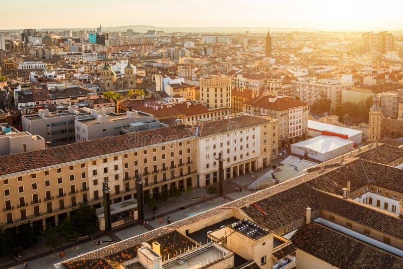 Solnedgångsikt av Zaragoza, Spanien, från ett av tornen av Pilar Basilica royaltyfria foton