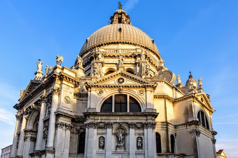 Solnedgångsikt från botten till den Santa Maria Della Salute kyrkan royaltyfri foto