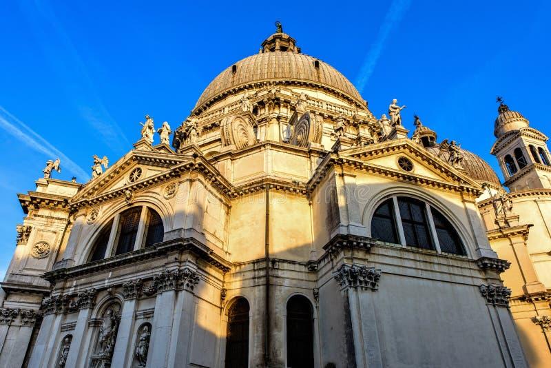 Solnedgångsikt från botten till den Santa Maria Della Salute kyrkan royaltyfria bilder