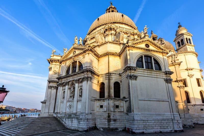 Solnedgångsikt från botten till den Santa Maria Della Salute kyrkan arkivfoton