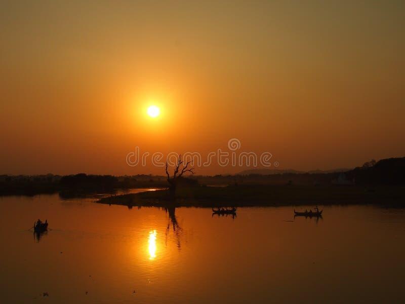 Solnedgångsikt från bron för U Bein royaltyfri fotografi