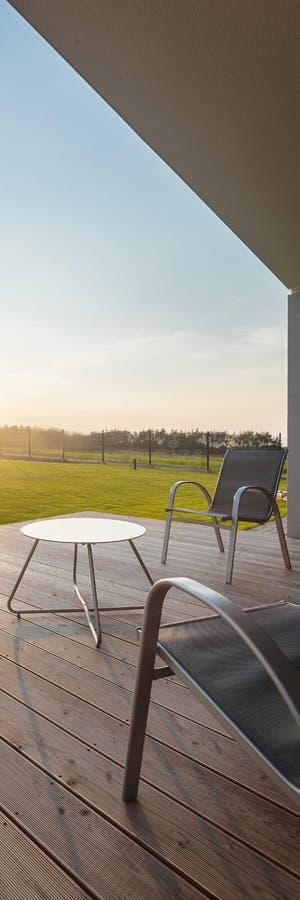 Solnedgångsikt från den moderna uteplatsen fotografering för bildbyråer