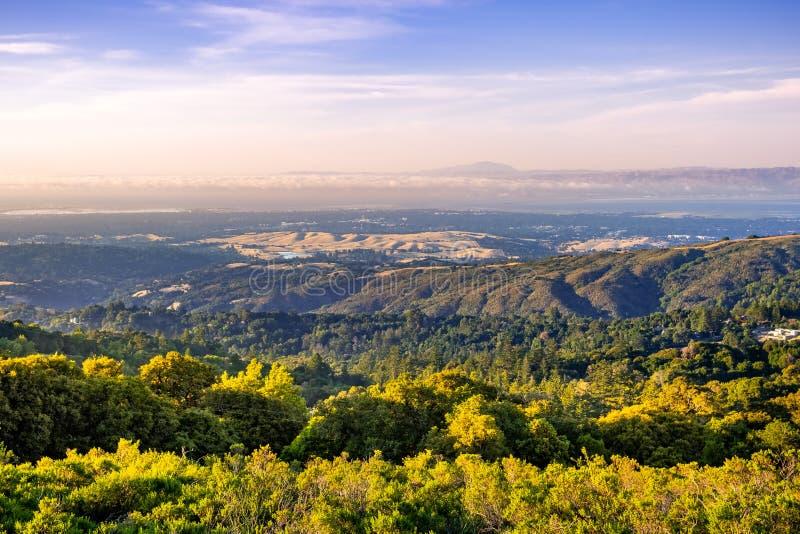 Solnedgångsikt från horisonthuvudvägen in mot Stanford University, Palo Alto och Menlo Park, Silicon Valley, San Francisco Bay Ar arkivfoton