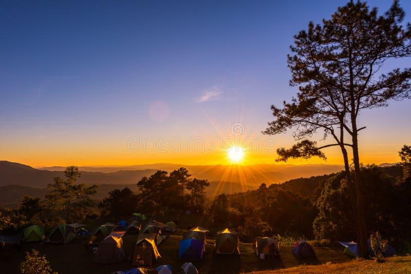 Solnedgångsikt med campa tält på Huai Nam Dang National Park arkivbilder