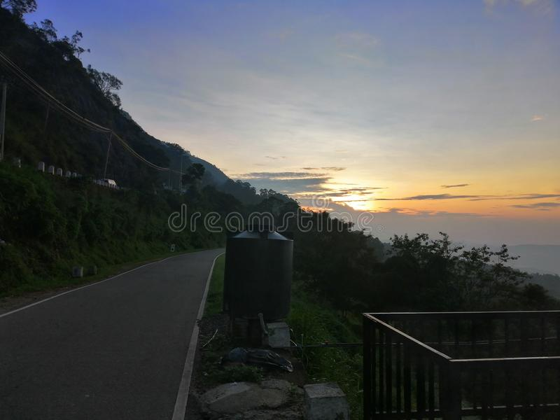 Solnedgångsikt på den bergiga vägen i nuwaraeliyaen, Sri Lanka royaltyfria bilder