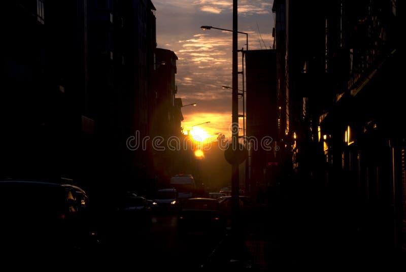 Solnedgångsikt på den fullsatta gatan i staden royaltyfri fotografi