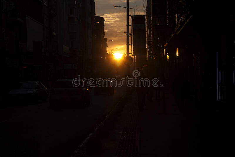Solnedgångsikt på den fullsatta gatan i staden arkivbilder