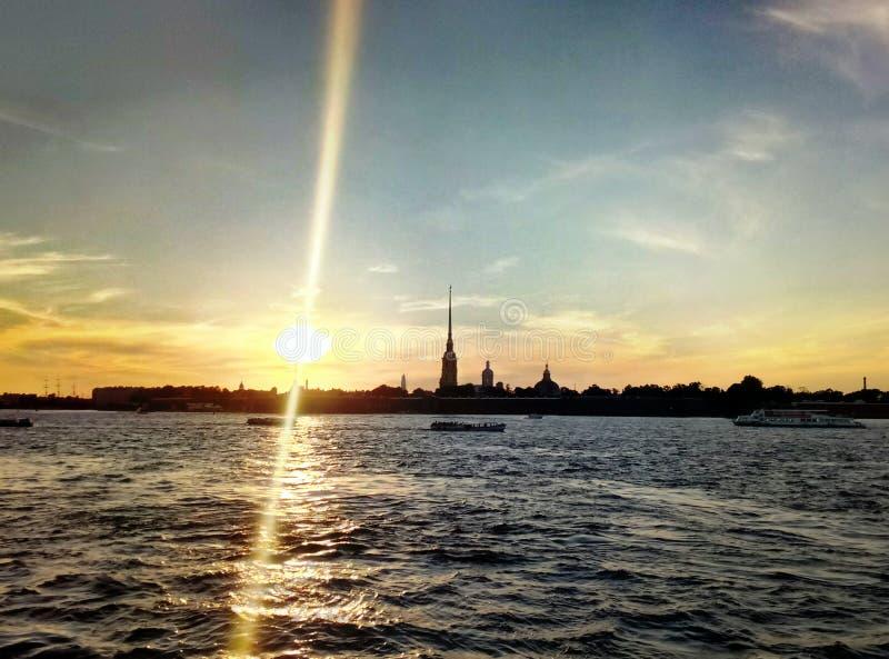Solnedgångsikt på den Neva floden, rysk federation, St Petersburg royaltyfri bild