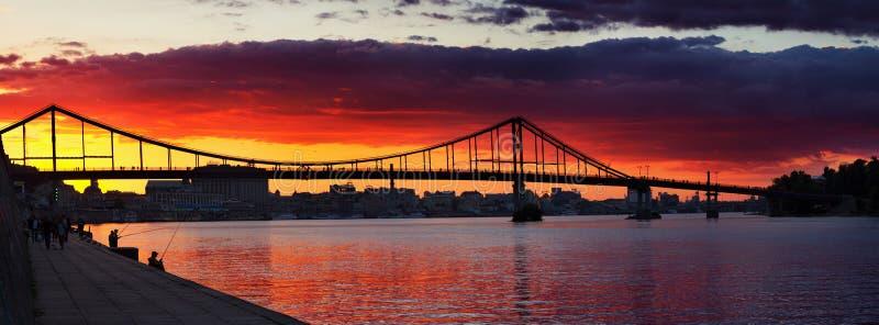 Solnedgångsikt på den Trukhaniv bron royaltyfri fotografi