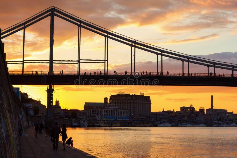 Solnedgångsikt på den Trukhaniv bron arkivbilder