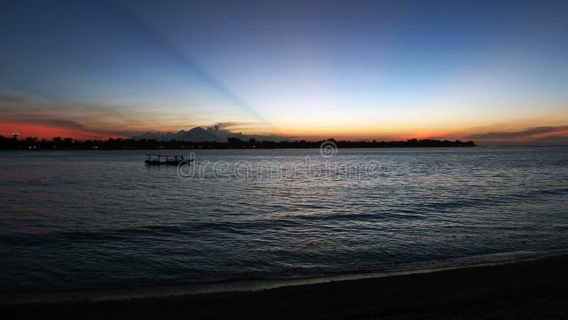 Solnedgångsikt på Gili Trawangan och Bali fotografering för bildbyråer