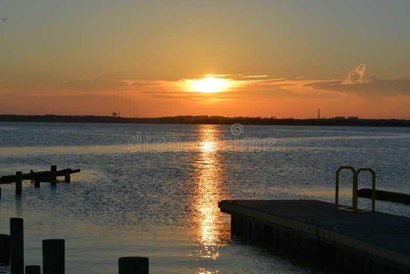 Solnedgångsikt på slutet av ön royaltyfri foto
