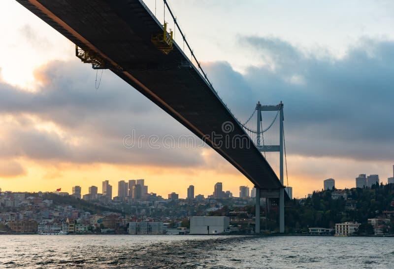 Solnedgångsikt till Bosphorus Sultan Mehmet Bridge i Istanbul, Turkiet arkivbilder