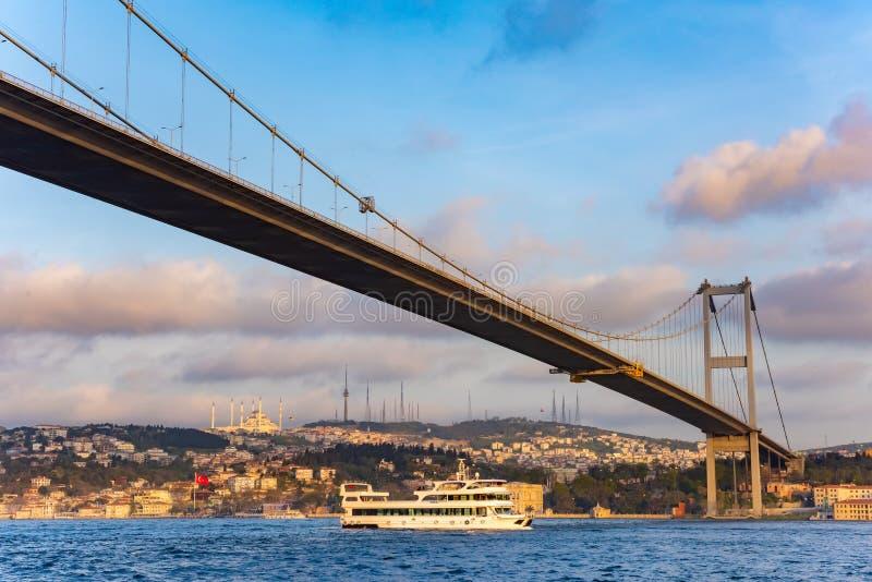 Solnedgångsikt till Bosphorus Sultan Mehmet Bridge i Istanbul, Turkiet royaltyfri bild