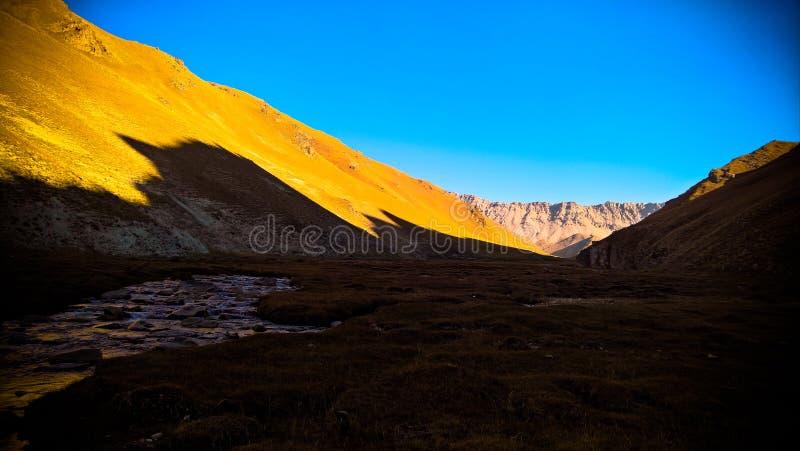 Solnedgångsikt till denRabat floden och dalen i det Naryn landskapet, Kirgizistan royaltyfri foto