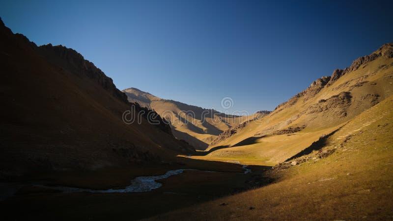 Solnedgångsikt till denRabat floden och dalen i det Naryn landskapet, Kirgizistan arkivbild