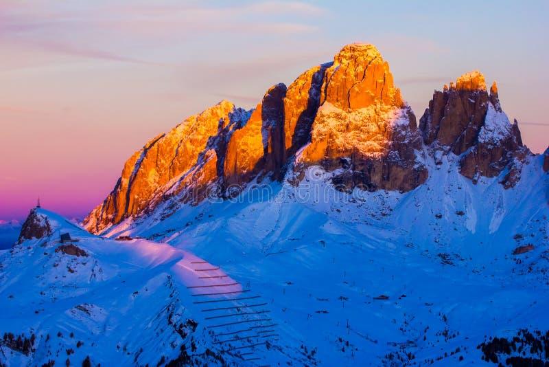 Solnedgångsikten av Belvederedalen nära Canazei av Val di Fassa, gör royaltyfri foto