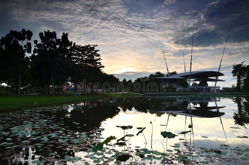Solnedgångsikten på offentligt parkerar lokaliserat i putrajaya, Malaysia royaltyfri foto