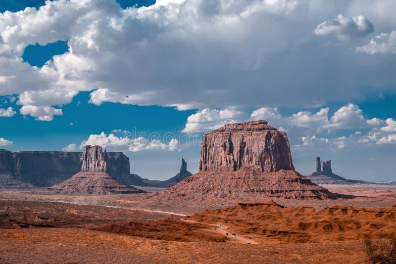 Solnedgångsiktslandskap på monumentdalen, Arizona, USA Isolerat vagga damen arkivbild