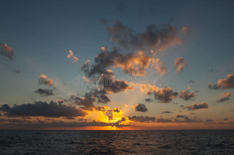 Solnedgångsoluppgång på havet royaltyfria foton