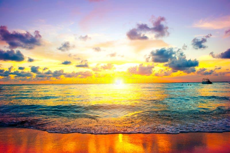 Solnedgångstrand av den karibiska ön royaltyfri fotografi