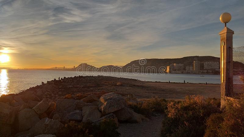Solnedgångstrand på Alicante royaltyfri bild