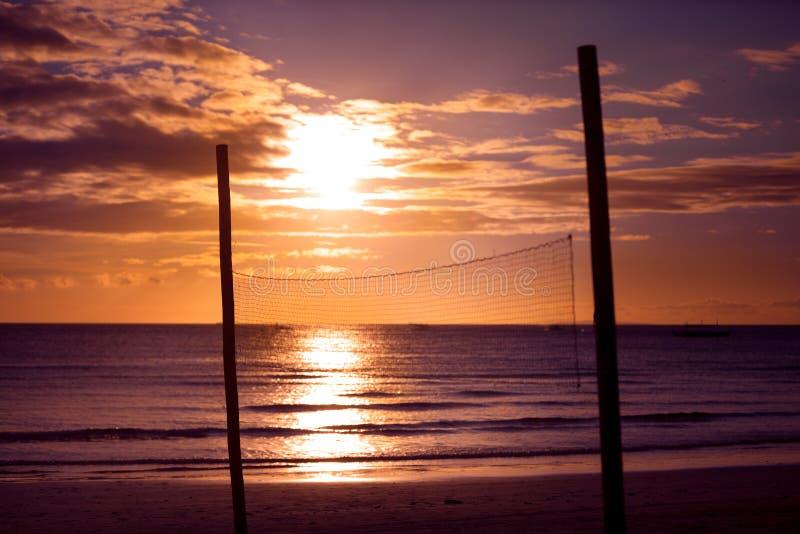 Solnedgångstrandvolleyboll förtjänar royaltyfri fotografi