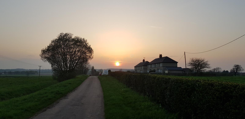 Solnedgångstuga arkivbild