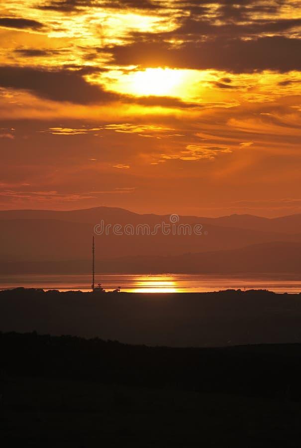 solnedgångtelevisionsändare royaltyfri bild