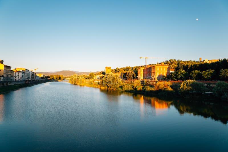Solnedgångtid, europeisk byggnad och Arno flod i Florence, Italien royaltyfria foton