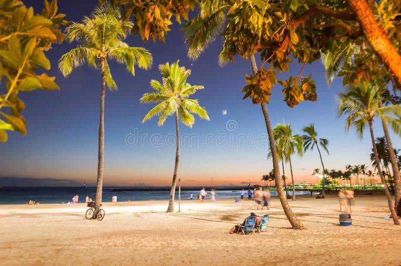 Solnedgångtid i den Waikiki stranden, Honolulu, Hawaii arkivbilder