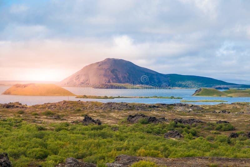 Solnedgångtid i vulkaniskt landskap på Myvatn sjön, aka sjön av myggor, nordliga Island arkivbild