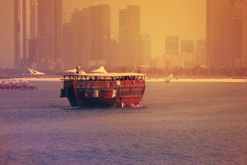 Solnedgångtidsikt av fartyget i AJMAN CORNICHE, DUBAI på 26 JUNI 2017 royaltyfri bild