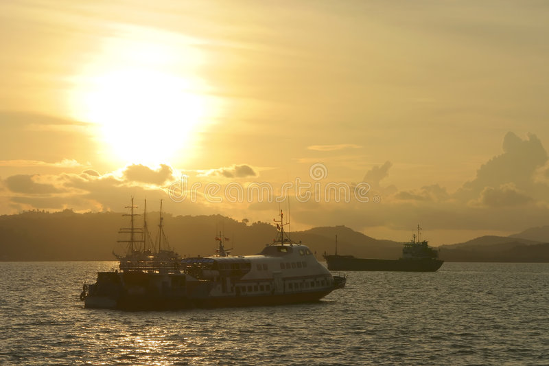 solnedgångtrafikvatten arkivbilder