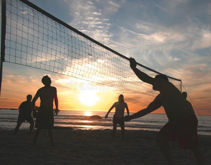 solnedgångvolleyboll för 6 strand arkivfoto