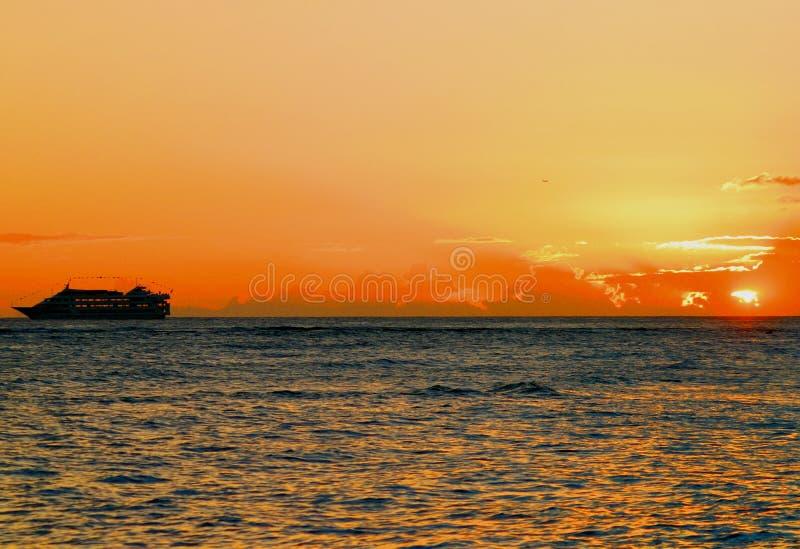 solnedgångwaikiki royaltyfria bilder
