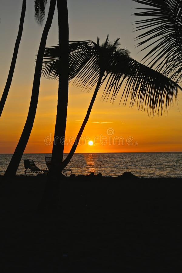 SolnedgångWaikoloa strand Hawaii arkivbild