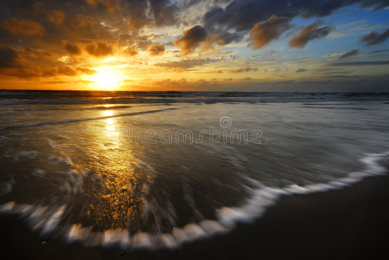 solnedgångwaves royaltyfria bilder