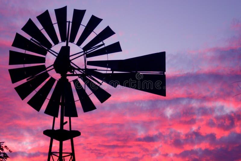solnedgångwindmill arkivbild
