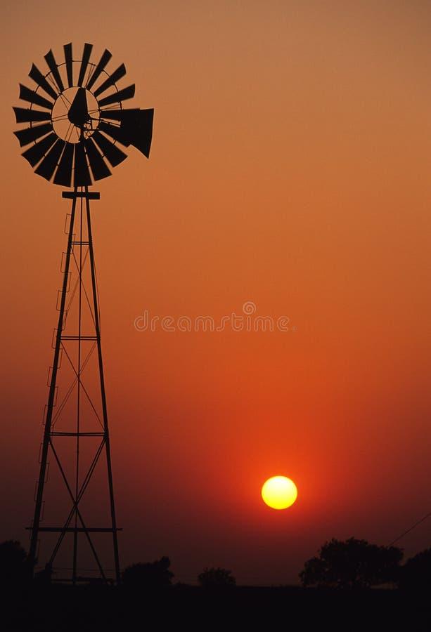 solnedgångwindmill royaltyfria foton