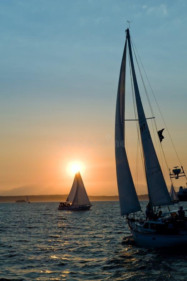 solnedgångyachter arkivbild