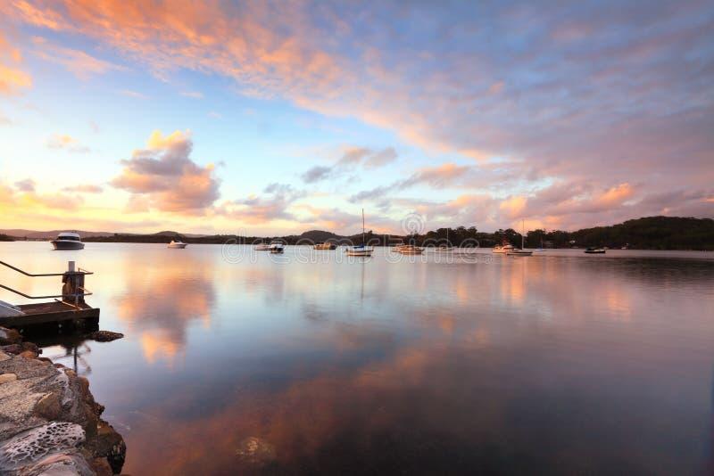 Solnedgångyachter och reflexioner Bensville Australien royaltyfri bild