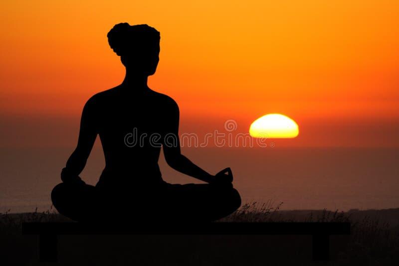 solnedgångyoga royaltyfri fotografi