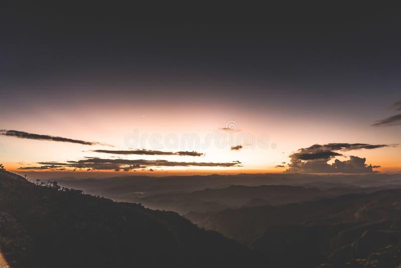 Solnedg?ng bak berget p? Doi Thule, Tak, Thailand royaltyfri foto