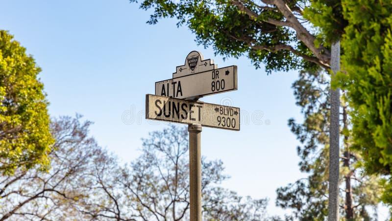 Solnedg?ng bl och Alta korsning i Beverly Hills LA Kalifornien, USA royaltyfri bild