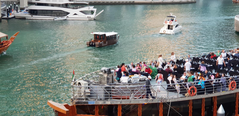 solnedg?ng f?r plats f?r cityscapedubai marina panorama- arkivfoto