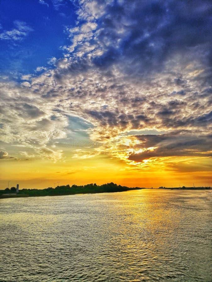 Solnedg?ng i Donaudeltan royaltyfria foton