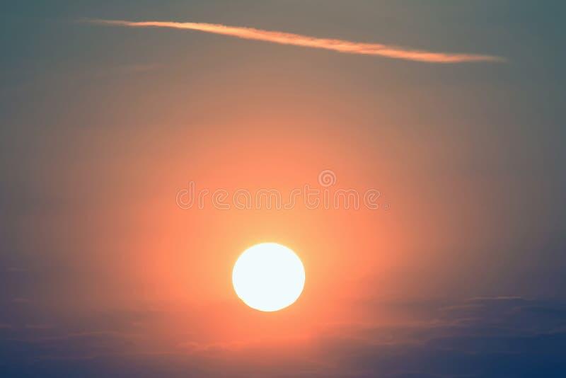 Solnedg?ng i en ovanlig f?rg f?rbluffa naturen och landskap fotografering för bildbyråer