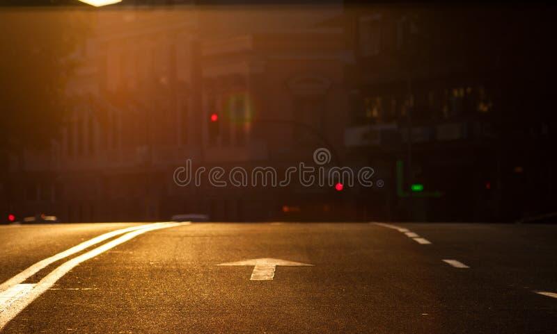 Solnedg?ng i staden Pilsignalerande av medel i en stads- miljö med trafikljus och en ändring av kvaliteten royaltyfri fotografi